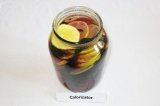 Шаг 5. Добавить лимон в напиток. Оставить еще на 15 минут.