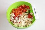 Шаг 7. Сложить все подготовленные ингредиенты в салатницу.