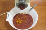 Шаг 4. Вымыть печенку и пропустить через мясорубку вместе с обжаренными овощами.