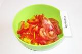 Шаг 6. Сложить в салатницу перцы, помидоры и огурцы.