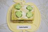 Шаг 7. Верхний слой бутерброда украсить огурцами и зеленью.