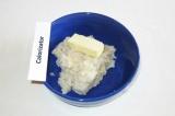 Шаг 3. Переложить в миску, добавить мягкое сливочное масло, соль, хорошо вымесит