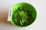 Шаг 1. Листья салата порвать руками в салатницу.