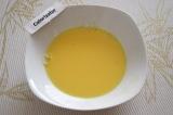 Шаг 3. Смешать яичные желтки с оставшимся молоком.