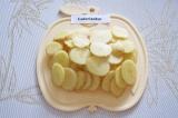 Шаг 1. Очистить молодой картофель. Нарезать тонкими кружочками.