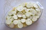 Шаг 3. Смазать сливочным маслом форму для запекания. Выложить слоями картофель