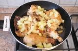 Шаг 4. Выложить кусочки ананасов и влить сок, немного посолить.