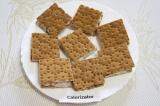 Шаг 4. Намазать половинки хлебцев смесью из йогурта и мороженого и накрыть вторы