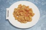 Шаг 1. Помыть и обсушить куриное филе. Нарезать небольшими кубиками.
