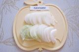 Шаг 1. Очистить лук, разрезать его пополам и нарезать тонкими полукольцами.