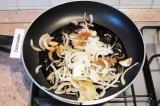 Шаг 3. Разогреть на сковороде соевый соус, выложить репчатый лук, посыпать сахар