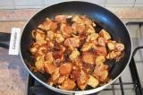 Шаг 4. Добавить кусочки курицы, перемешать, потушить под крышкой 4-5 минут.