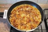 Шаг 6. Залить содержимое сковороды яичной смесью.