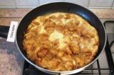 Шаг 7. Готовить омлет под крышкой 4-5 минут, пока не схватятся яйца. Посыпать