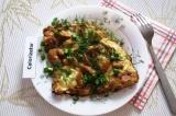 Готовое блюдо: омлет с курицей в соевом соусе