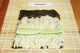 Шаг 10. На рис выложить огурцы. Смочить свободную часть листа  нори водой.
