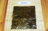 Шаг 8. Выложить на коврик для суши лист нории.