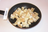 Шаг 2. Выложить на сковородку с разогретым растительным маслом. Тушить периодиче