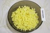 Шаг 1. Очистить и нарезать картофель очень мелкими кубиками.