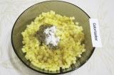 Шаг 2. Добавить к картофелю соль, перец и базилик.
