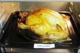 Шаг 8. Поставить противень с курицей в духовку и запекать 1,5 часа. Потом разрез
