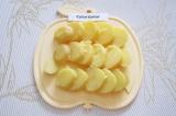 Шаг 6. Нарезать кружками толщиной 1 см картофель.