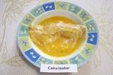 Шаг 3. Выложить филе в тарелку с яйцом.