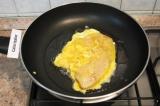 Шаг 4. Разогреть растительное масло, выложить филе вместе с яйцом на сковороду.