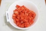 Шаг 1. Очистить арбуз от косточек и срезать корки, порезать произвольными кусочк