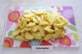 Шаг 2. Очистить и нарезать брусочками картофель.