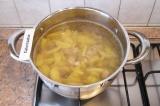Шаг 3. Добавить картофель в кастрюлю с мясом и варить 10 минут.