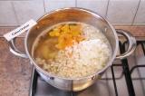 Шаг 6. Добавить вместе с луком в суп и варить 5 минут.