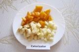 Шаг 2. Помыть и очистить фрукты, нарезать некрупными дольками.