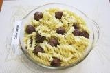 Шаг 8. Смазать растительным маслом форму для запекания. Выложить пасту и фрикаде