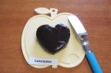 Шаг 9. Намазать одно бисквитное сердечко слоем крема.