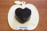 Шаг 10. Накрыть вторым сердечком, обмазать пирожное оставшимся кремом со всех ст