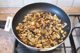 Шаг 3. Обжарить шампиньоны и лук на растительном масле, посолить, поперчить и ос