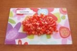Шаг 5. Вымыть и нарезать мелкими кубиками помидоры.