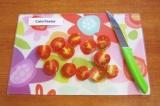 Шаг 4. Вымыть и разрезать пополам помидоры черри.