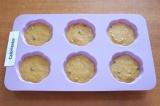 Шаг 7. Смазать сливочным маслом формочки для кексов. Разложить тесто в формочки