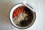 Шаг 10. Смешать в миске рис, баклажаны, 2 ст. ложки заправки, добавить мелко нар