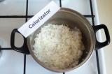 Шаг 1. Отварить рис на слабом огне при закрытой крышке до готовности.