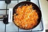 Шаг 6. Для заправки обжарить лук до золотистого цвета, добавить морковь, перемеш