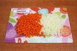 Шаг 3. Нарезать мелкими кубиками лук и морковь, выложить в сковороду к грудинке