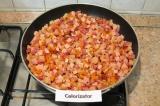 Шаг 5. Добавить колбасу к обжаренным овощам, перемешать.