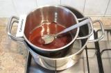 Шаг 1. Поломать шоколад, сложить в кастрюлю и растопить на водяной бане.