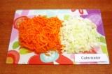 Шаг 4. Очистить морковь и лук. Натереть на крупной терке морковь. Нарезать мелко
