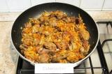 Шаг 6. Добавить лук и морковь к печенке и обжарить все вместе в течение 5 мин.
