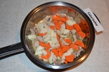 Шаг 4. К мясу добавить морковь и лук, все обжарить. Можно закрыть крышкой и немн