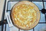 Шаг 4. Сковороду разогреть, смазать растительным маслом, разровнять тесто по ско